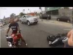 Ограбление по-бразильски - Brazilian motorcycle robbery,Nonprofit,,Два уебка на мопеде решили поГТАшному отжать мотик у видеоблоггера. Но путь к успеху преградил бравый бразильский коп, застреливший недолго думая одного из грабителей.