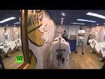 В Нью-Йорке открылся магазин футболок с изображением Путина,News,,На одной из улиц Манхэттена открылся бутик «Миротворец», в котором продается одежда с изображением президента России Владимира Путина. Витрину магазина украшает портрет российского лидера в костюме супермена с гербом на груди. Дизайне