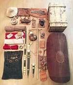 ВОЙЛОЧНАЯ ШАПКА ЛОРИКАХАМАТА Деревянная перекладина, на которой легионер носил личные вещи, запасную одежду, бурдюк с водой, запас пищи. После реформы Гая Мария (П век до н.э.) римский солдат был обязан носить все пожитки на себе, чтобы армия не обременялась большим обозом. Поэтому легионеров наз